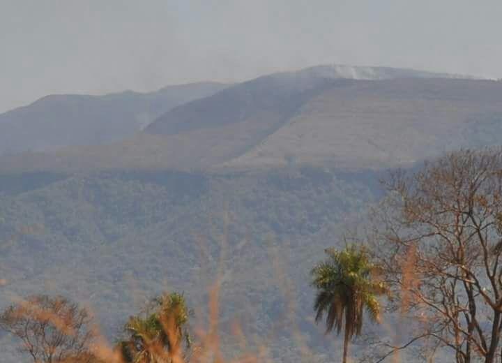 Foto do parque com fumaça de incêndio